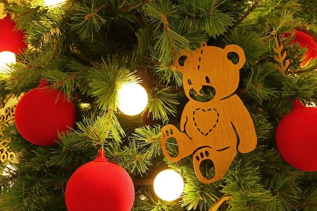 Orso in legno ornamento in un albero
