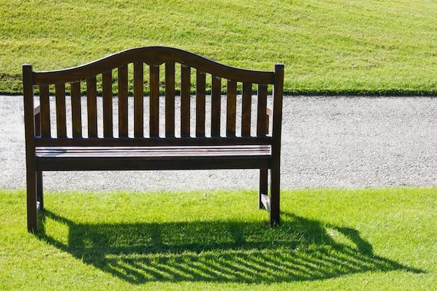 Una panca di legno su un'erba verde tagliata