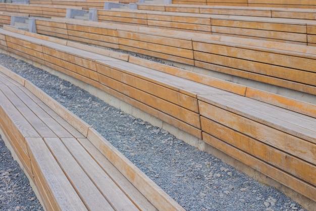 Panche di legno stanno a semicerchio sulle pietre