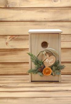 Birdhouse in legno da regalare con fettine d'arancia decorative