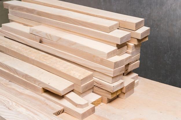 Spazi vuoti in legno nella falegnameria
