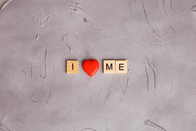 Lettere maiuscole in legno con citazione scritta: i love me. concetto di accettazione di me stesso.