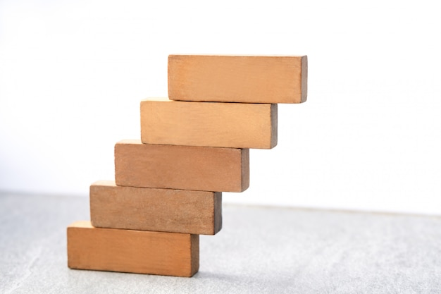 Pila di blocco di legno come scala isolata su bianco, concetto di processo di successo di sviluppo di affari di crescita