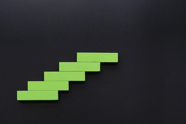 Impilamento del blocco di legno come scala a gradino concetto di business per la crescita di successo