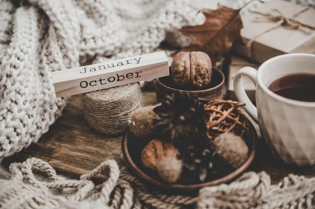 Blocco di legno con la scritta ottobre nel tema autunnale