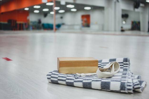 Blocco in legno per yoga e cintura in cotone per la pratica dello yoga