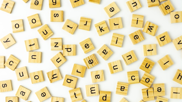 Alfabeto di blocchi di legno isolato su sfondo bianco