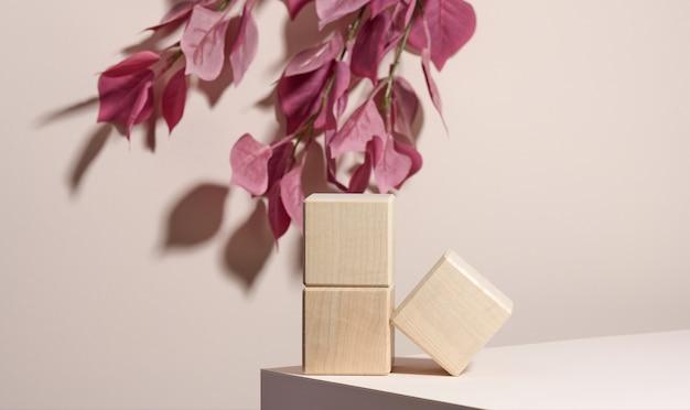 Blocchi di legno su fondo beige. vetrina della scena concettuale per prodotto, promozione, vendita, presentazione di prodotti cosmetici