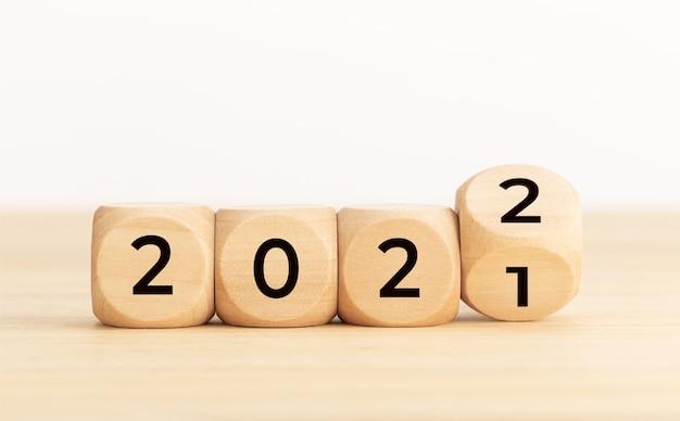 Blocchi di legno con numero variabile 2021 2022. concetto di nuovo anno. copia spazio. sfondo bianco