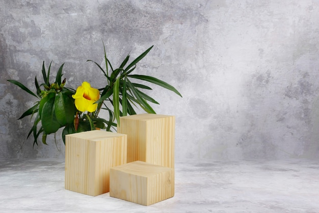 Blocchi di legno con foglie e fiore giallo