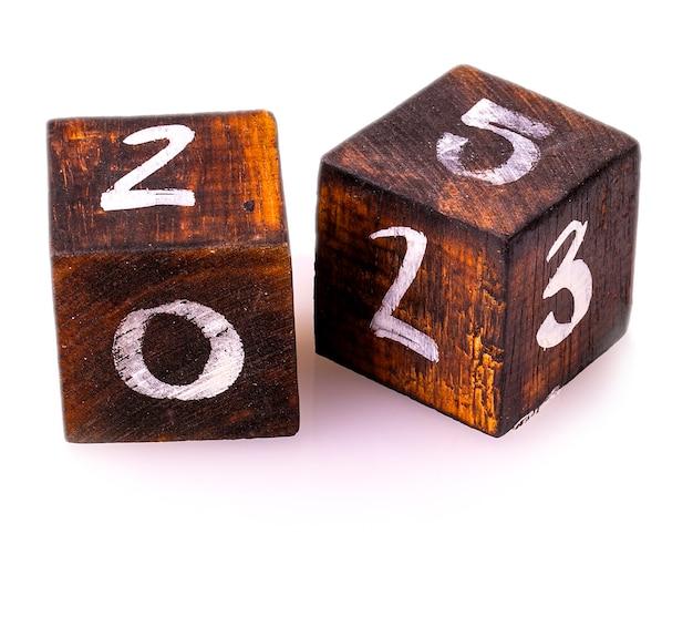 Blocchi di legno con numeri isolati su sfondo bianco