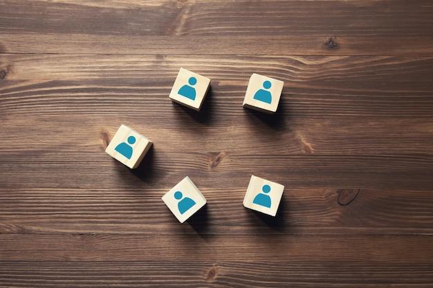 Blocchi di legno con l'icona di persone su legno