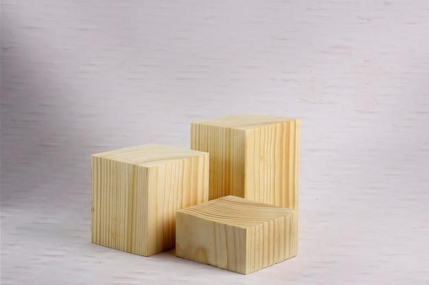 Blocchi di legno con struttura della parete di bambù verniciato bianco