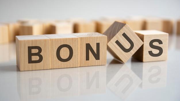 Blocchi di legno con la parola bonus, concept Foto Premium