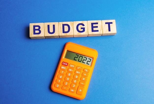 Blocchi di legno con la parola budget e una calcolatrice con i numeri 2022