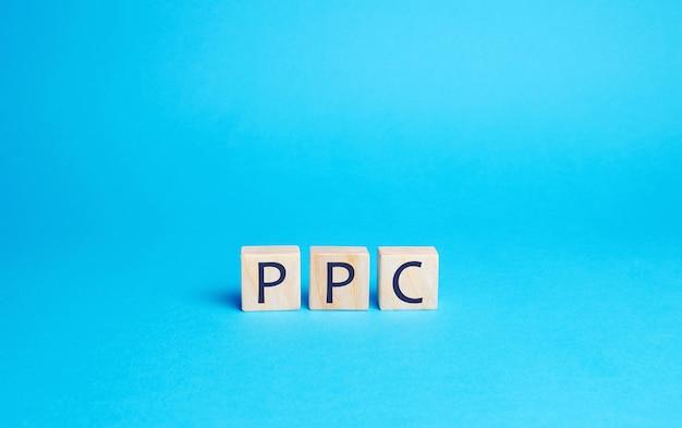 Blocchi di legno con la parola ppc. modello di pubblicità su internet utilizzato per indirizzare il traffico verso i siti web