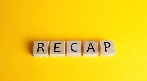 Blocchi di legno con la parola recap. un documento che presenta le tue capacità e i tuoi risultati.