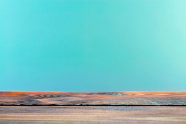 Tavola vuota di bordo di legno davanti alla superficie sfocata