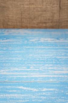 Tavola di legno tavola e sfondo di sacco di tela di iuta, tavolo in vista frontale