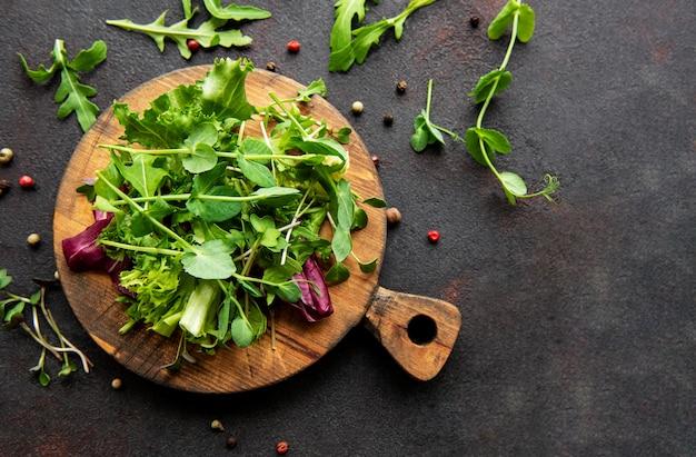 Tavola di legno con varietà di erbe verdi