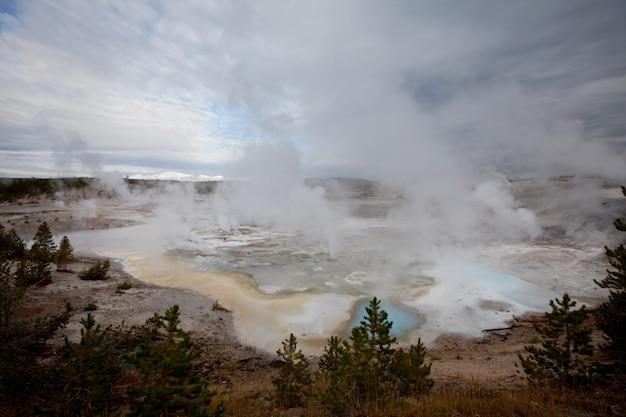 Passerella in legno lungo i campi di geyser nel parco nazionale di yellowstone, usa