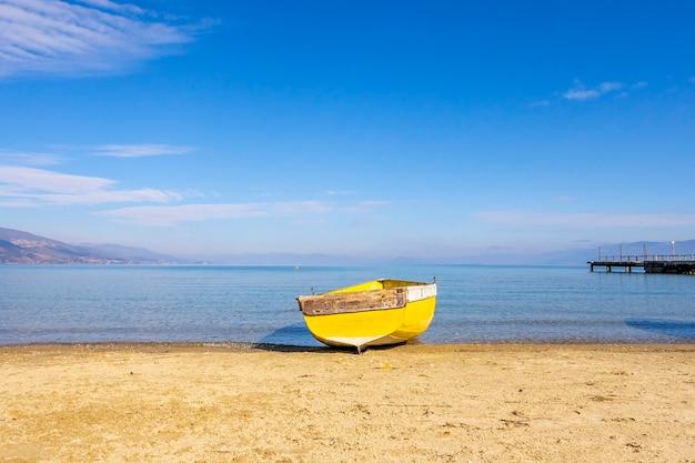 Barche in legno al molo sul lago di montagna.