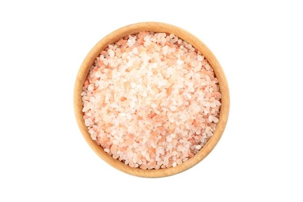 Ciotola di legno con sale rosa himalayano isolato su bianco