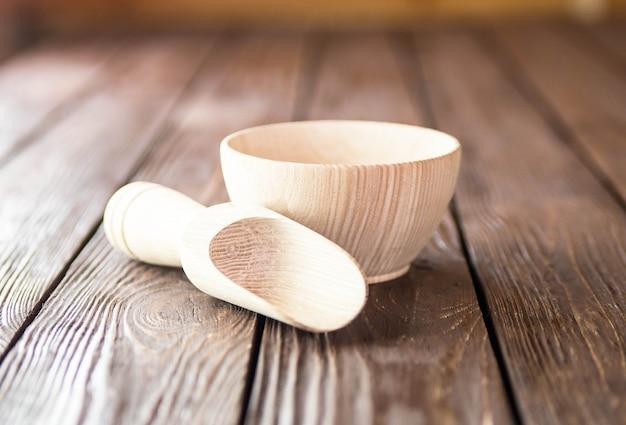 Ciotola di legno sulla tavola di legno