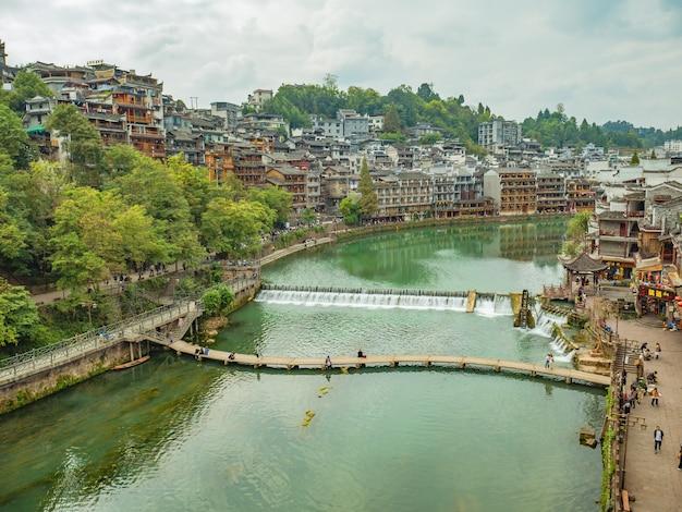 Ponte di legno e splendido scenario vecchio edificio della città antica di fenghuang. la città antica di phoenix o contea di fenghuang è una contea della provincia di hunan, in cina