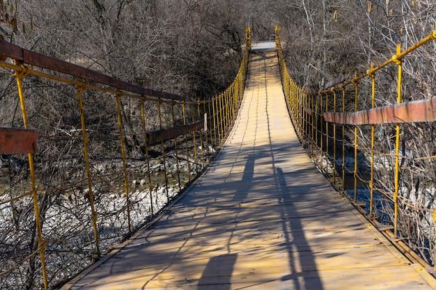 Ponte di legno sul fiume