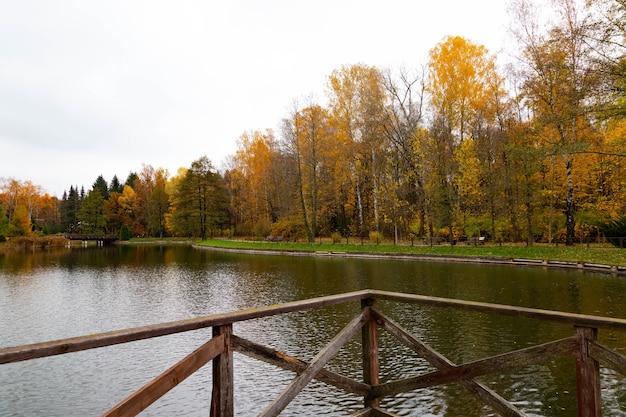 Ponte in legno con piattaforma panoramica sul lago. vista autunnale.