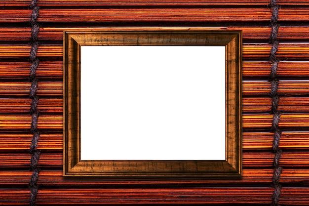 Cornice in legno marrone su sfondo stuoia di bambù