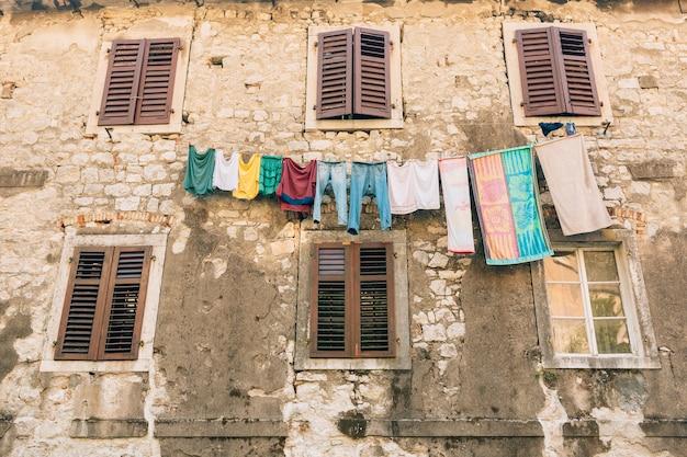 Persiane in legno marrone la facciata delle case in montenegro