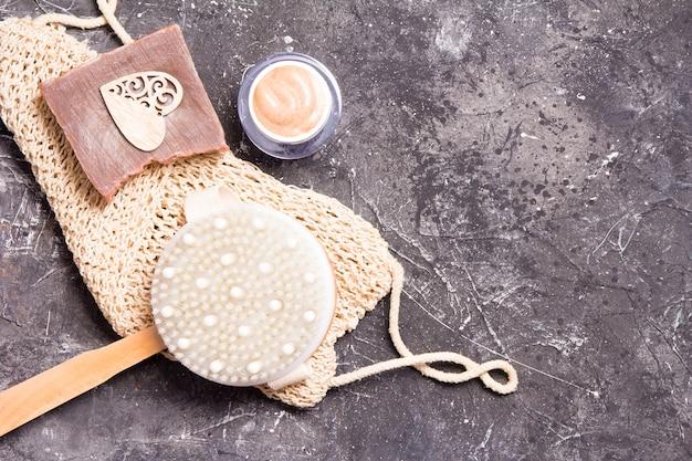 Spazzola in legno con setole naturali per massaggio a secco contro la cellulite, scrub corpo, sapone casalingo, salvietta in maglia