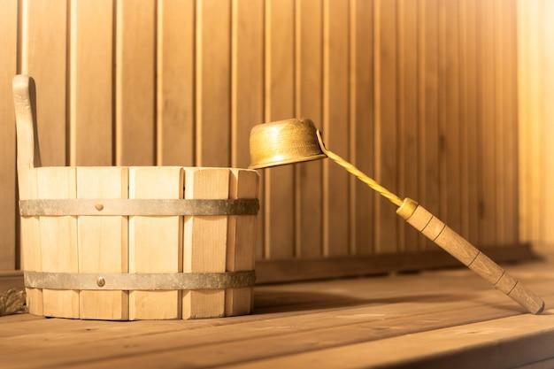 Secchio e mestolo di legno nel bagno turco della sauna