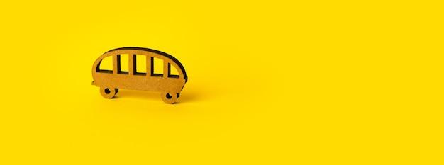 Autobus di legno su giallo, trasporto per le vacanze estive