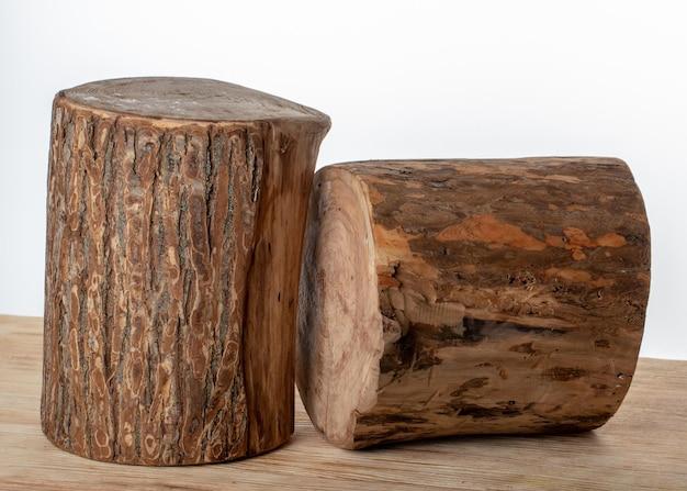 Macellaio in legno a forma rotonda su sfondo bianco. avvicinamento