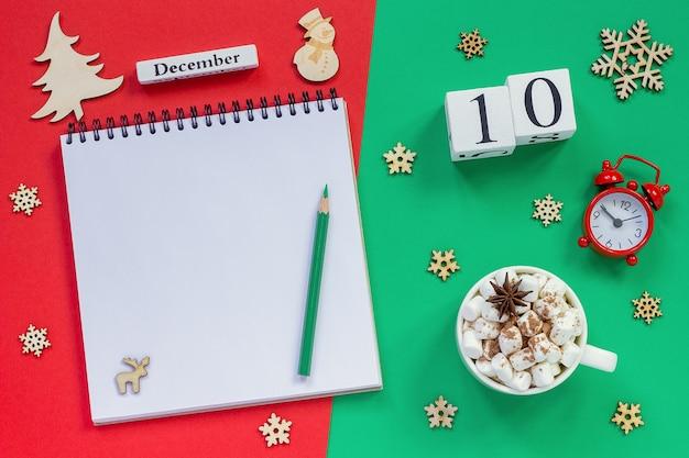 Calendario in legno, tazza di cacao con marshmallow e decorazioni