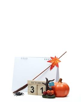 Calendario in legno 31 ottobre con decorazioni di halloween su una superficie bianca