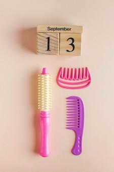Calendario in legno per il 13 settembre e un set di giocattoli per il barbiere.
