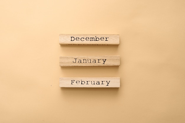 Calendario invernale in legno mesi su cubi di legno. Foto Premium