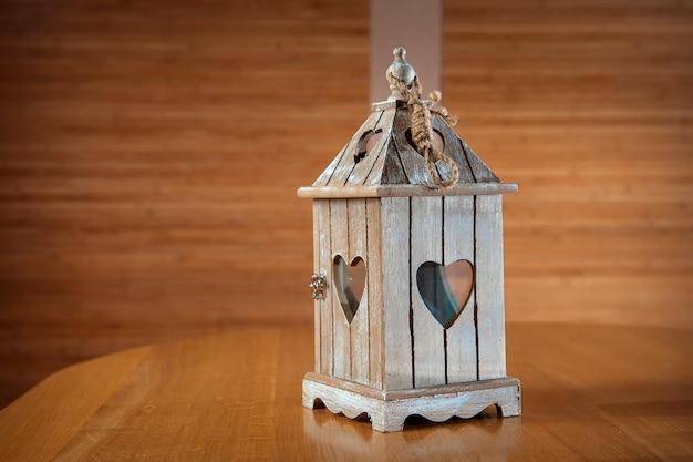Candeliere in legno a forma di cuore sullo sfondo.