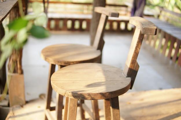 Sedia in legno sul balcone terrazza patio per riposare