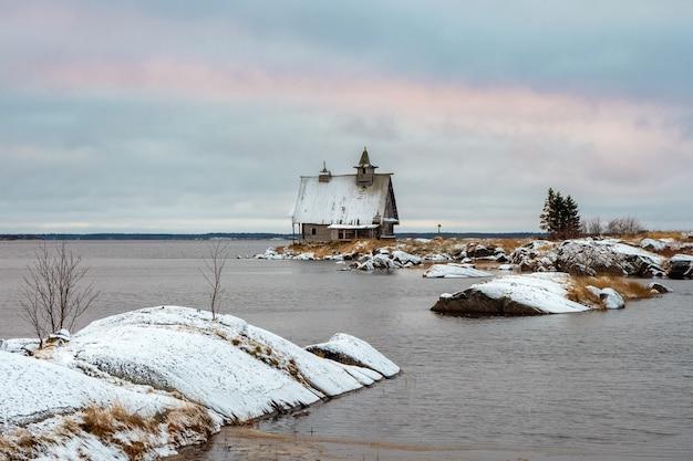 Una cappella in legno costruita per le riprese del film. paesaggio invernale innevato con autentica casa cinematografica sulla riva del villaggio russo rabocheostrovsk.