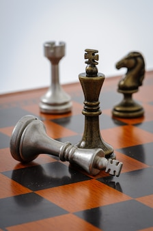 Scacchiera in legno con pezzi in metallo. scacco matto.