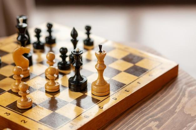Pezzi degli scacchi in legno su un gioco da tavolo, su tavolo vintage, messa a fuoco selettiva.