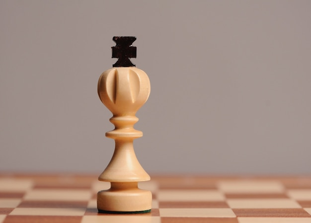 Pezzi degli scacchi in legno con scrivania per scacchi