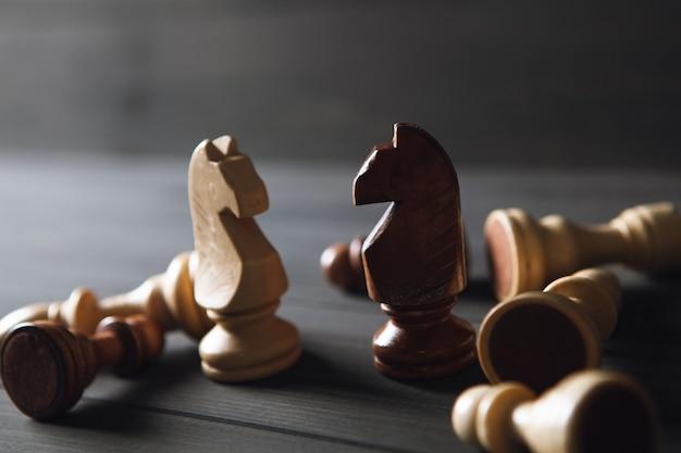 Pezzi degli scacchi in legno su fondo in legno