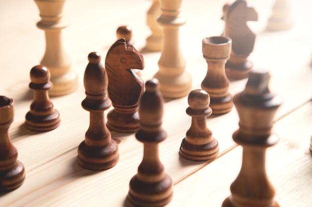 Pezzi degli scacchi in legno sulla superficie in legno