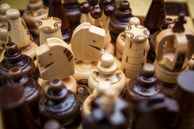 Scacchi di legno, ci sono pezzi degli scacchi sulla scacchiera